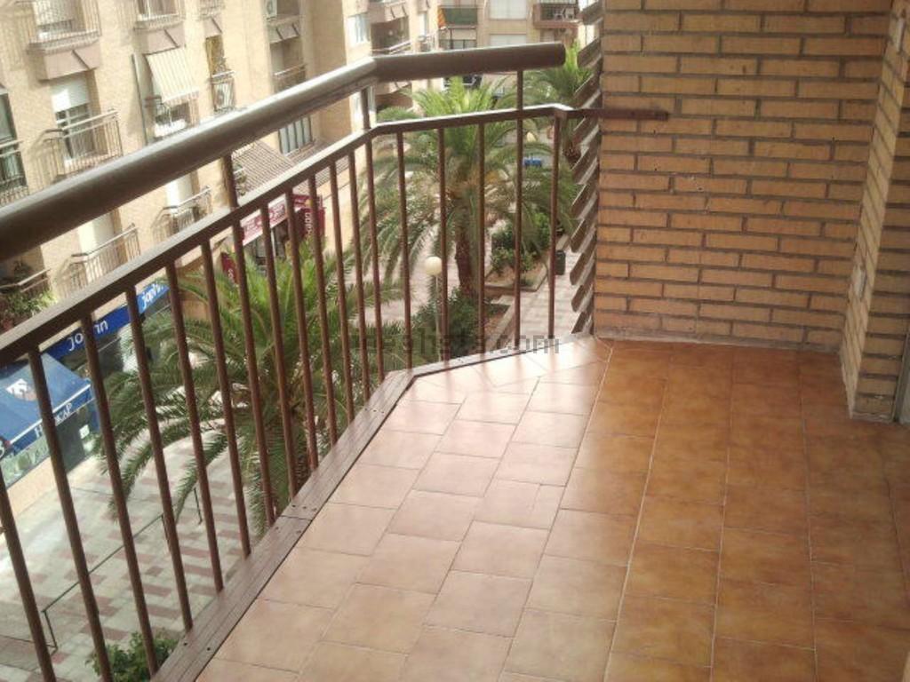 Se alquilan 2 habitaciones con terraza zona muy pr xima a for Pisos alquiler reus terraza