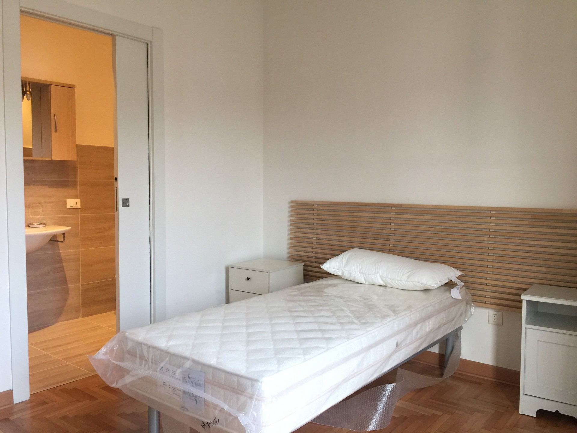 Single Room With Private Bathroom In A Large And Bright Flat In - Rooms for rent with private bathroom