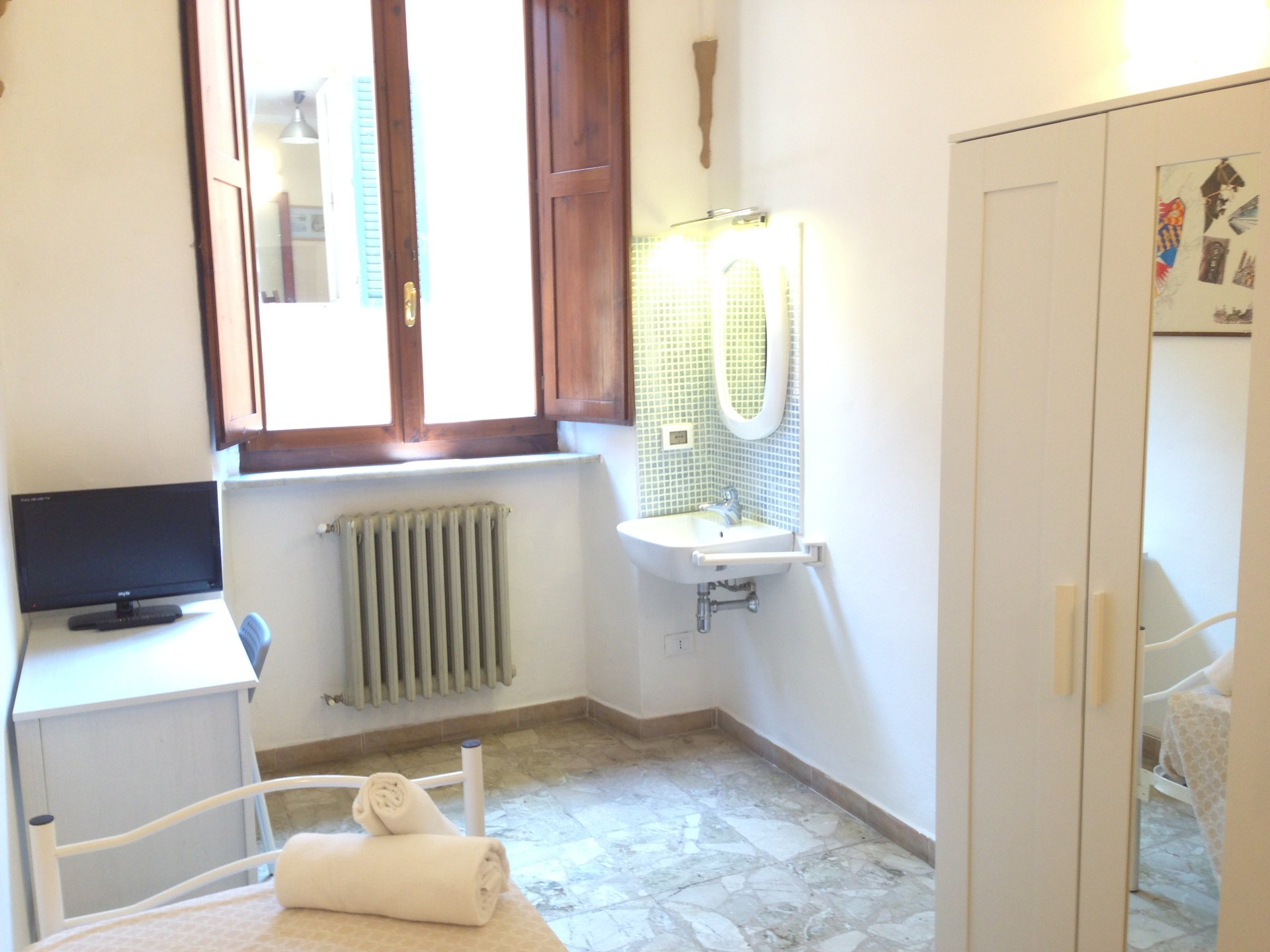 Single room with sink - only 4 people for 2bathroom and 2 separate ...
