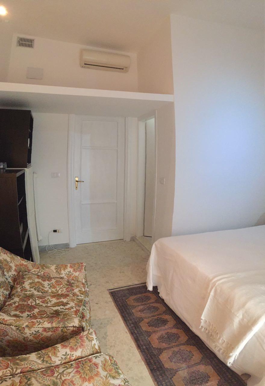 SINGLE ROOM with PRIVATE BATHROOM/ Stanza singola con bagno privato ...