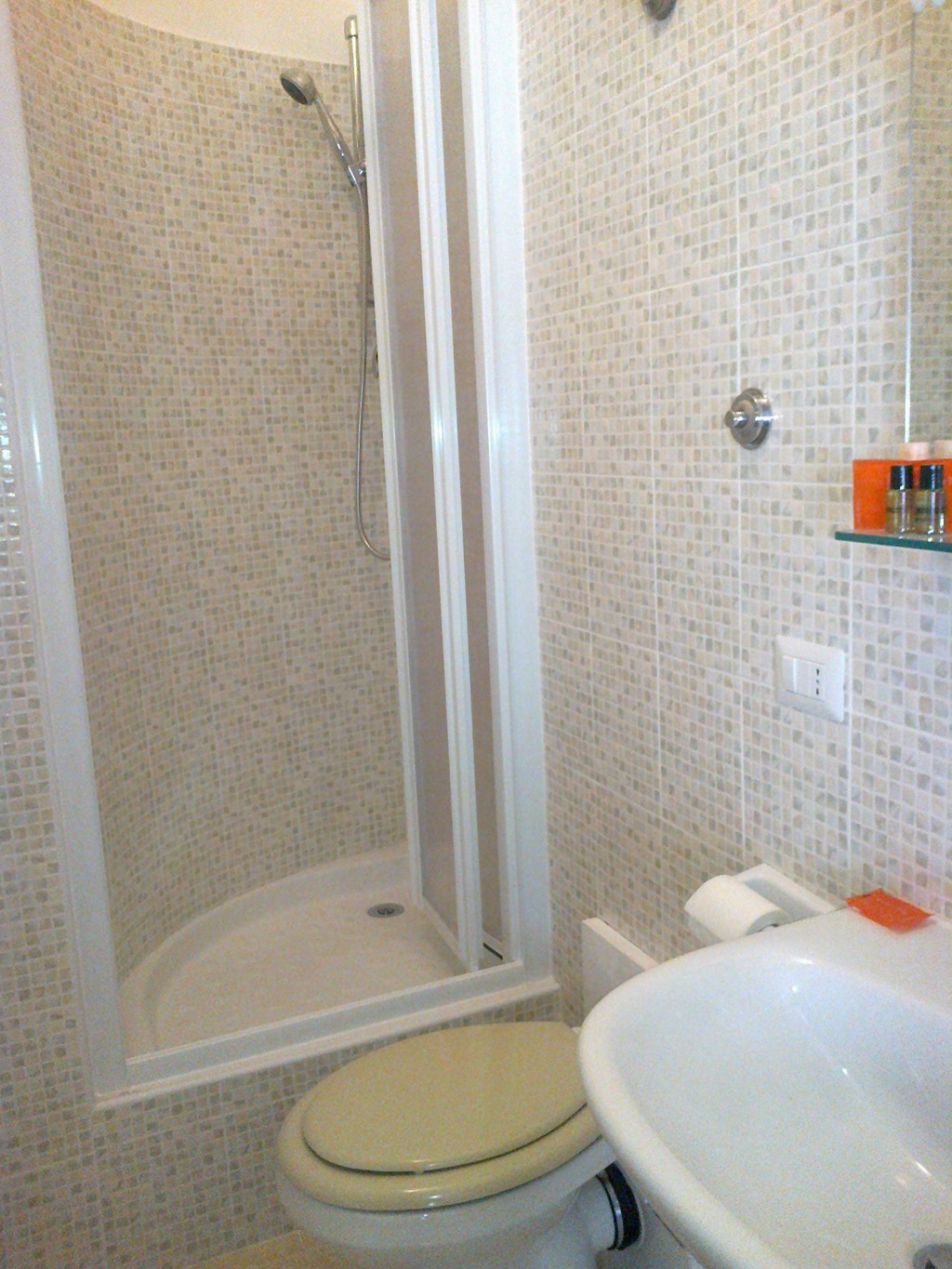 Single rooms with double bed and private bath