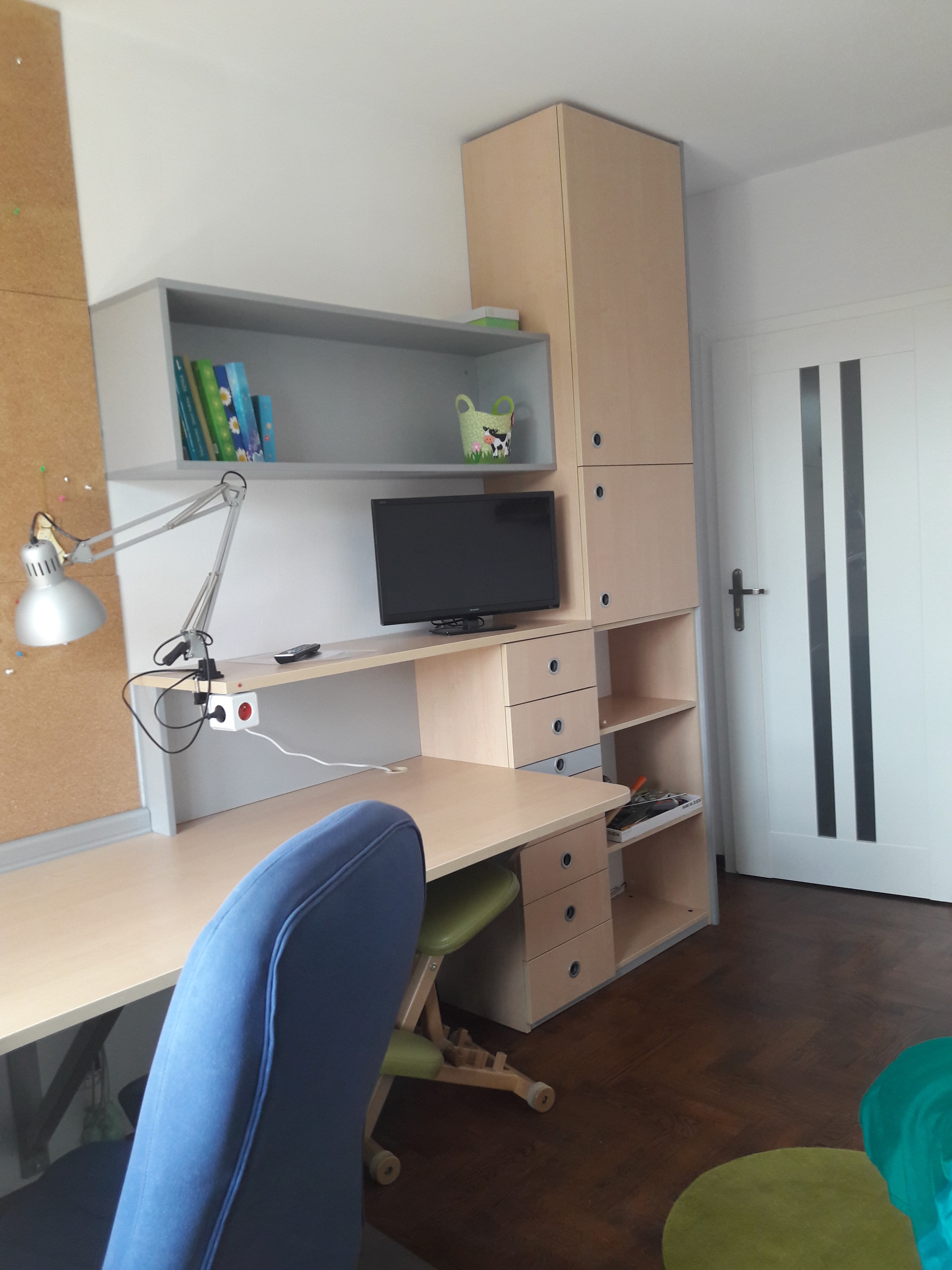 Single sunny room with TV and big desk !