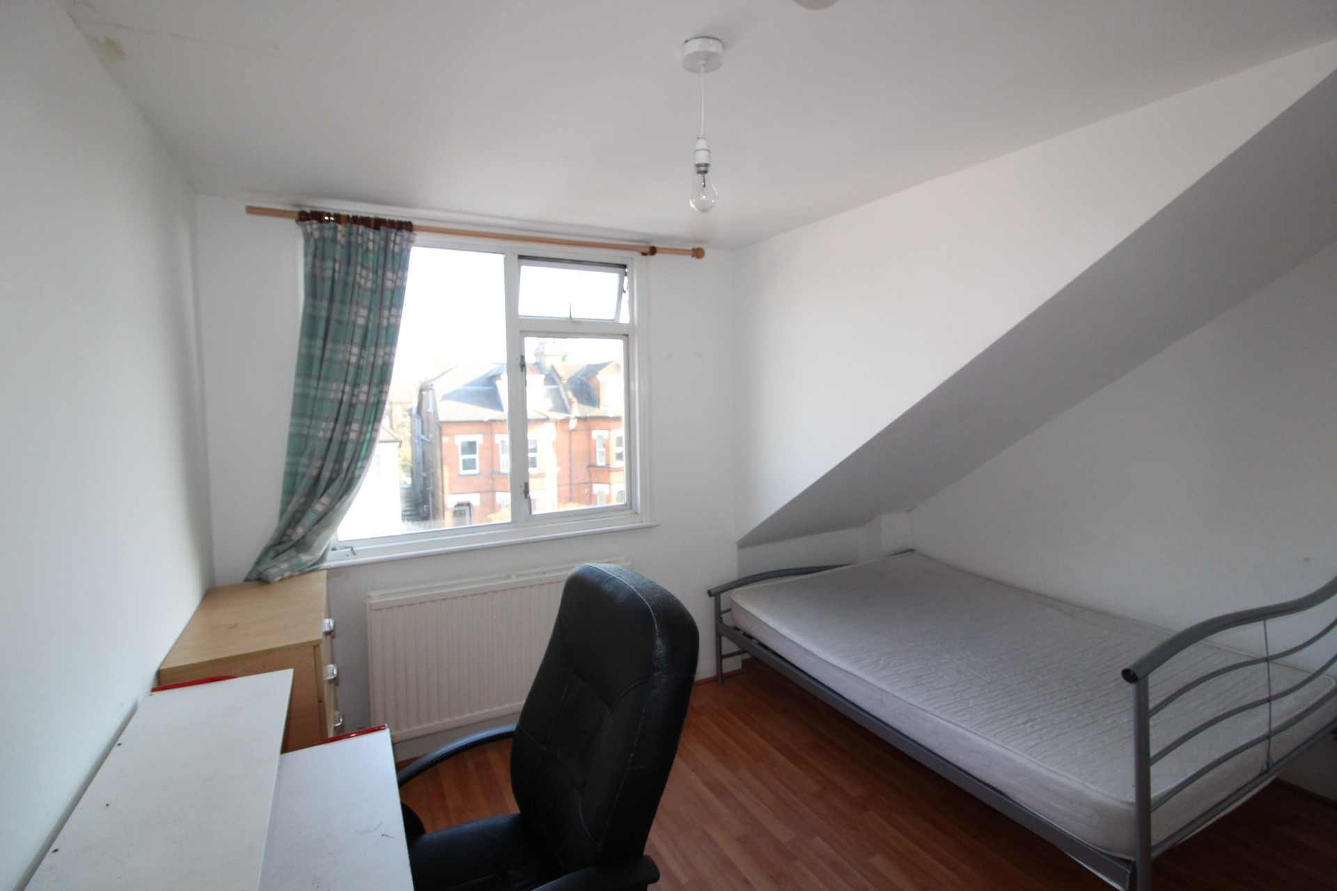 Spacious double bedroom available in the heart of Streatham Comm