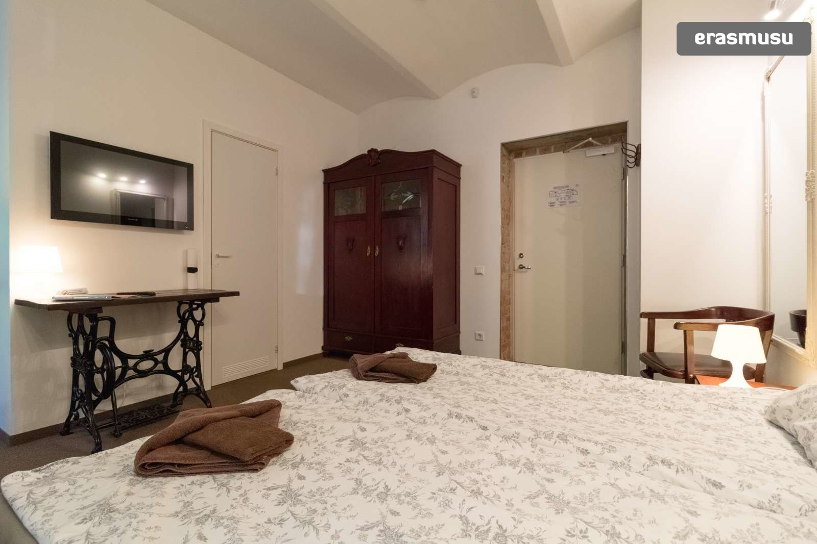 spacious-ensuite-room-kitchenette-rent-agenskalns-4e1be3e214b53e