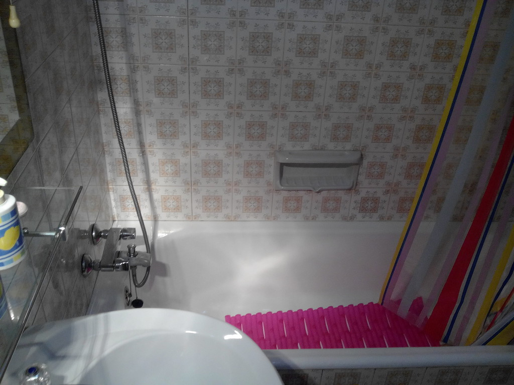 Spacious room with 2 beds and wc in an apartment in the center o