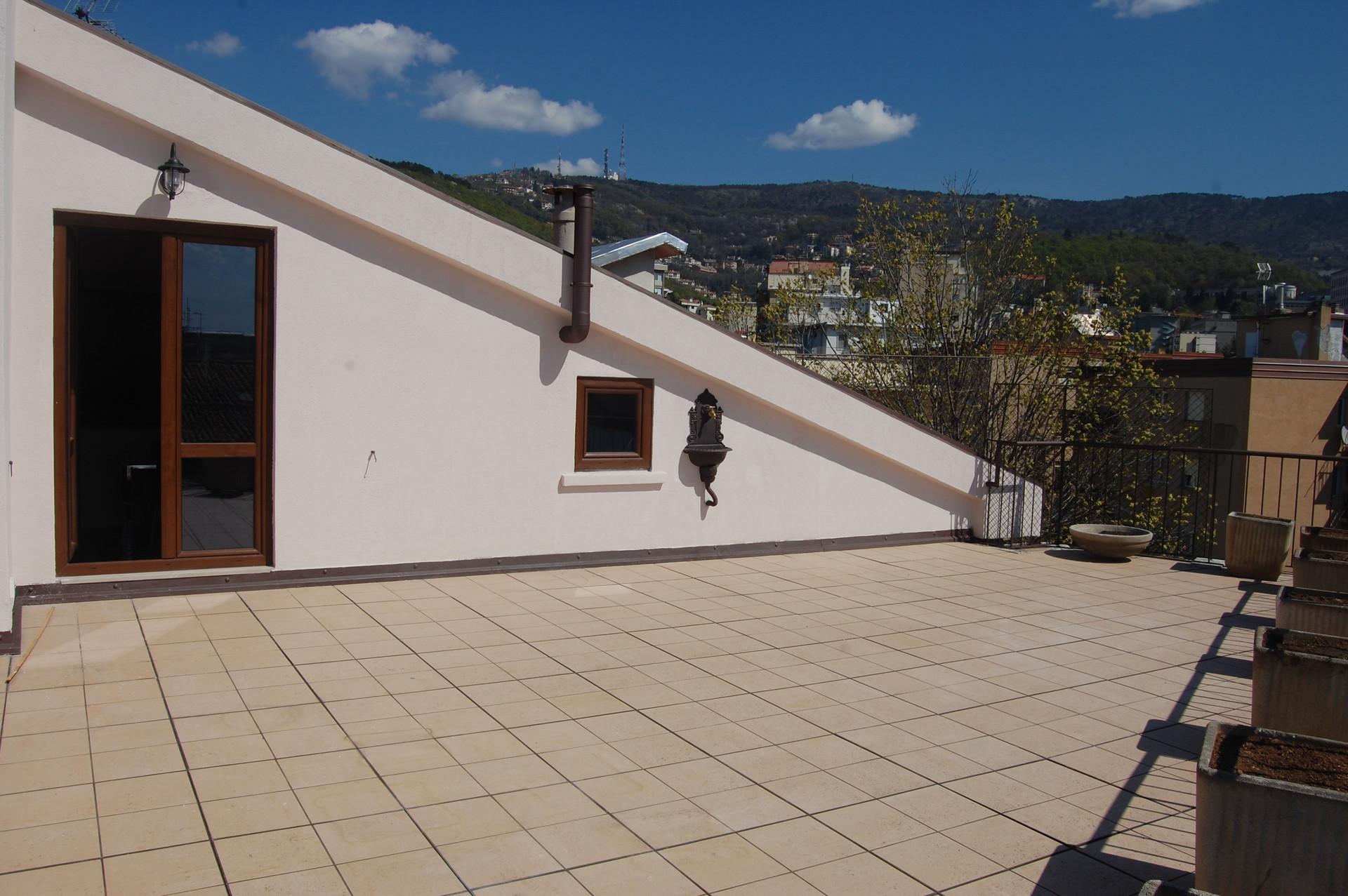 Splendida mansarda con ampio terrazzo a 10 m a piedi dall\'università ...