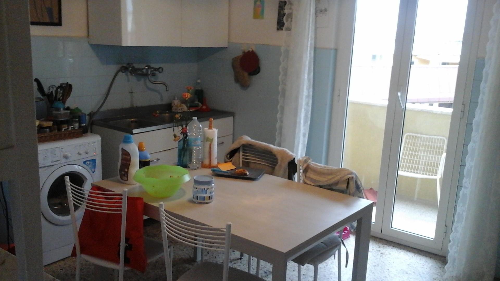 Stanza in appartamento luminosissimo attico balcone su for Stanza affitto roma