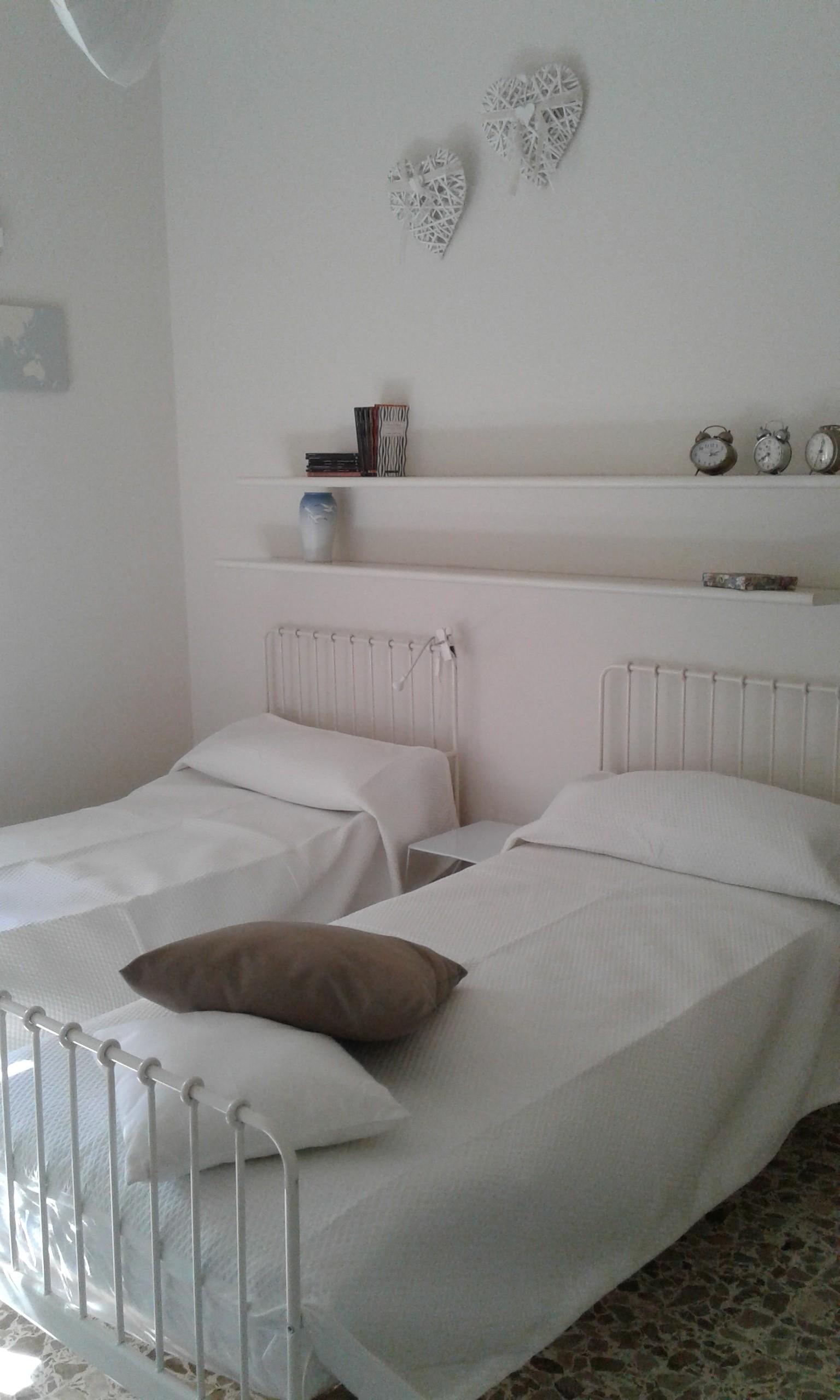stanza con due letti e balcone