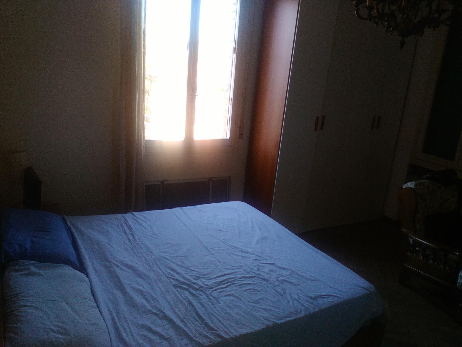 stanza matrimonioale in appartamento ampio e spazioso nel centro