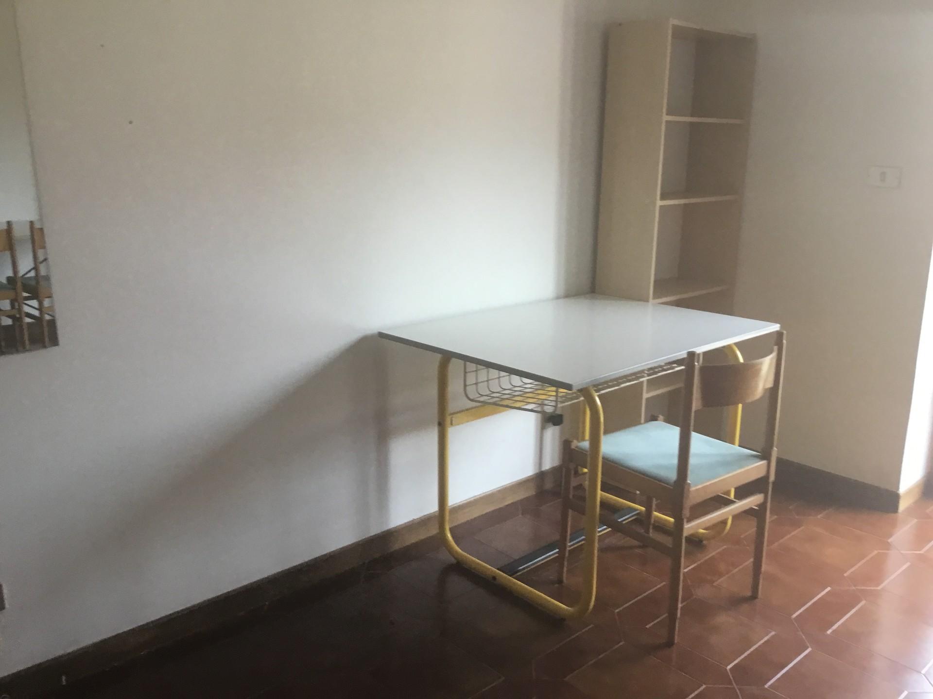 Stanza singola di 20 mq a ovest, molto luminosa con balcone, armadio,  scrivania e libreria
