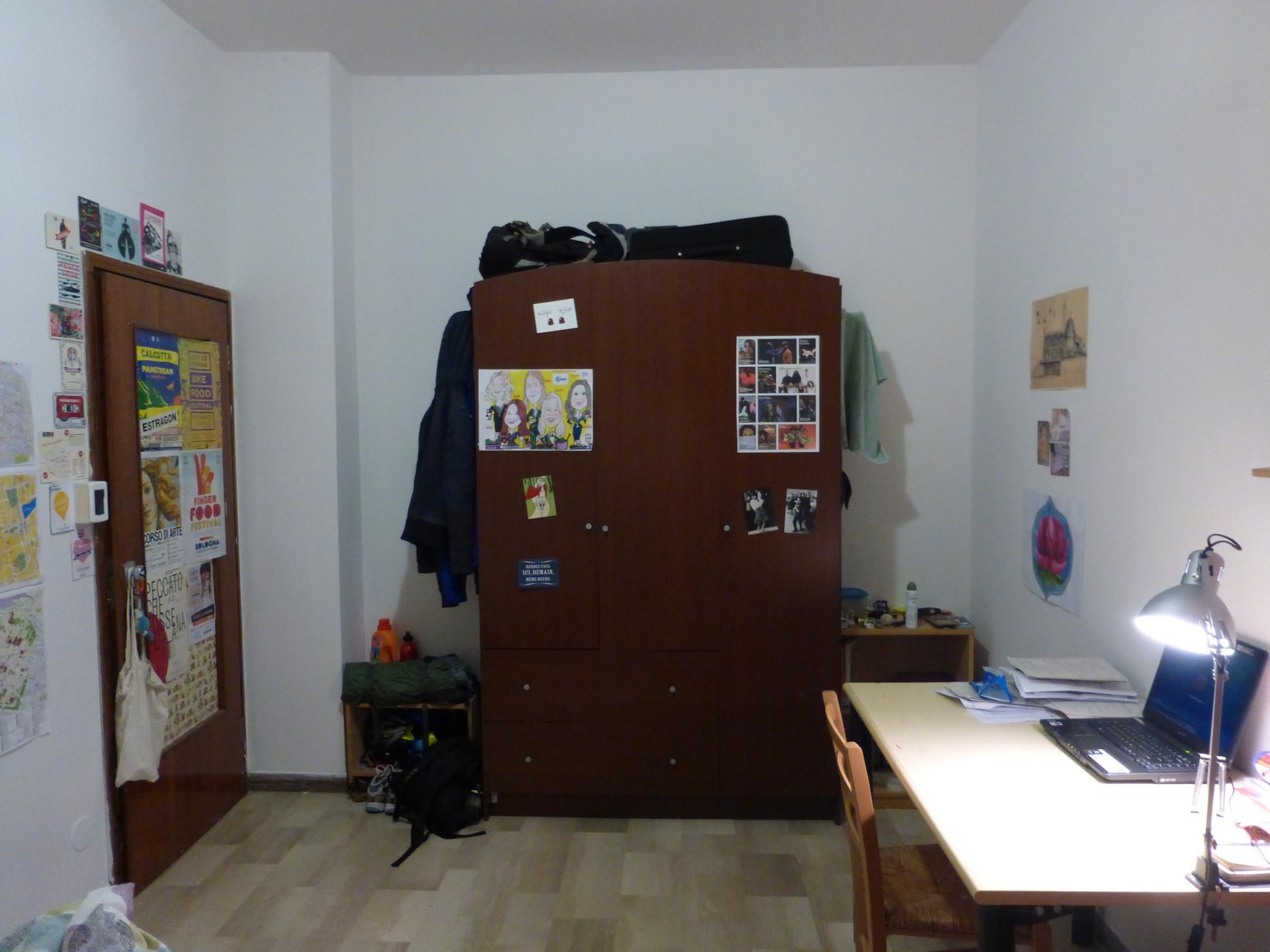 Stanza singola in appartamento di tre camere singole for Affitto stanza bologna