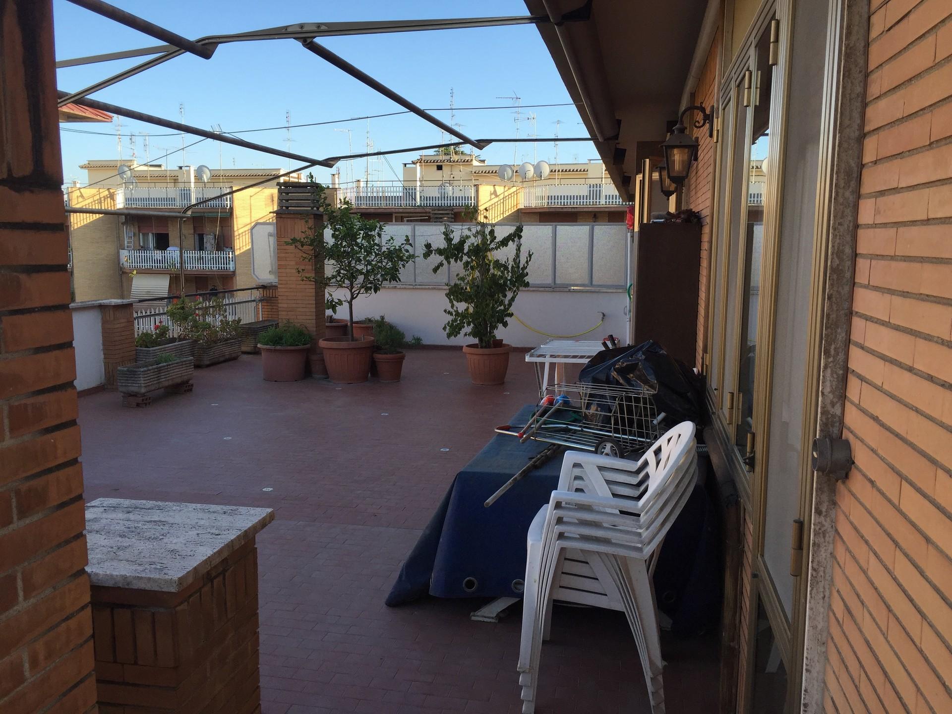 Stanza singola per ragazza molto grande in attico vicino for Stanza studio roma