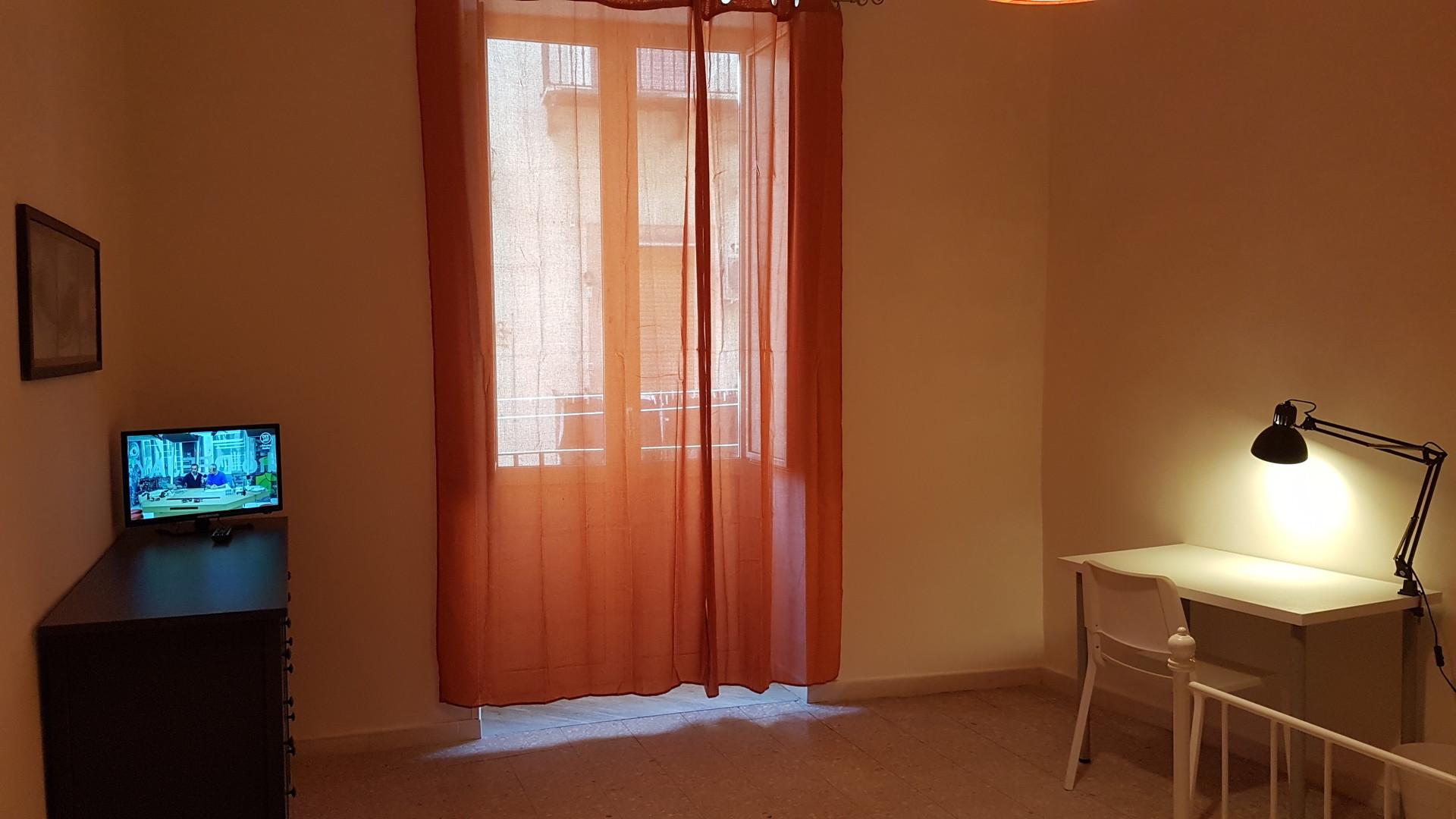 Stanza con tv , balcone, finestra libreria e divano | Stanze in ...