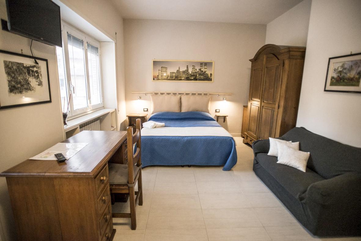 Roma gemelli battistini stupenda stanza con letto doppio e - Divano al centro della stanza ...