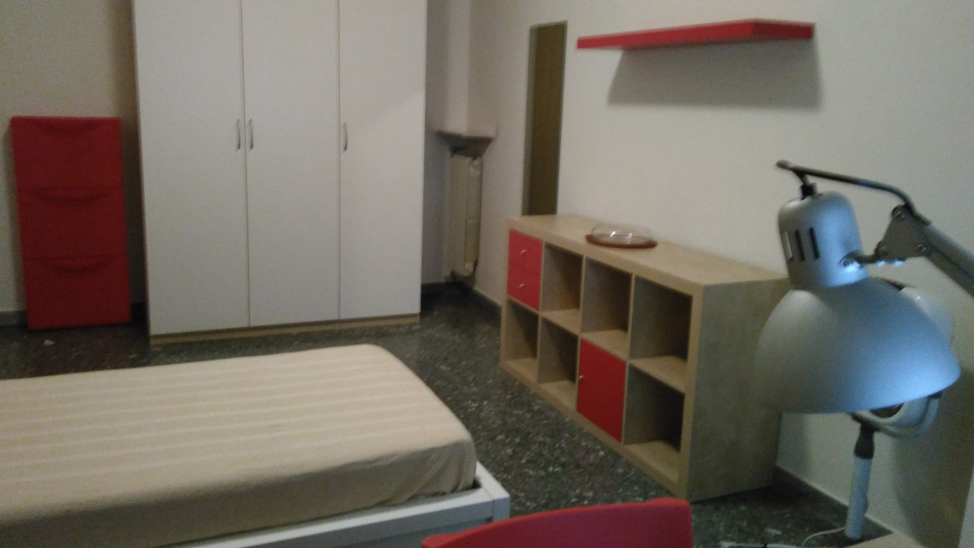 Sulla via nomentana zona valli luminosa stanza in for Stanza affitto roma