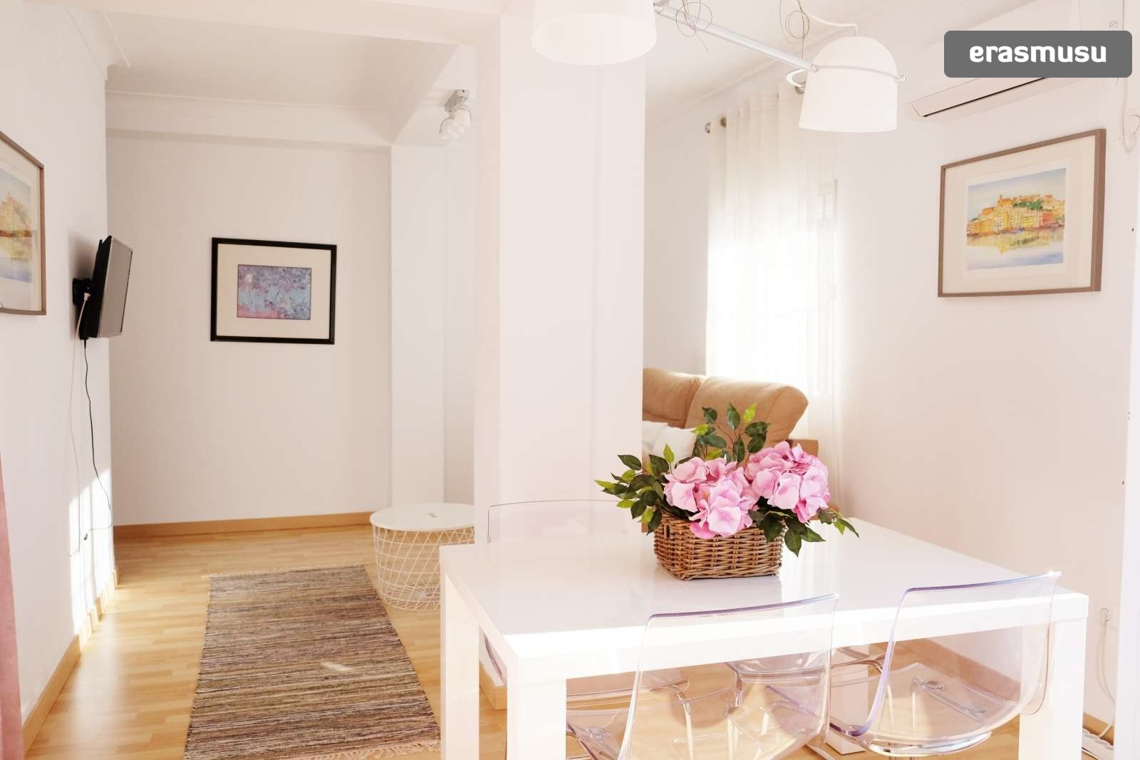 Sunny 2-bedroom apartment with terrace for rent in