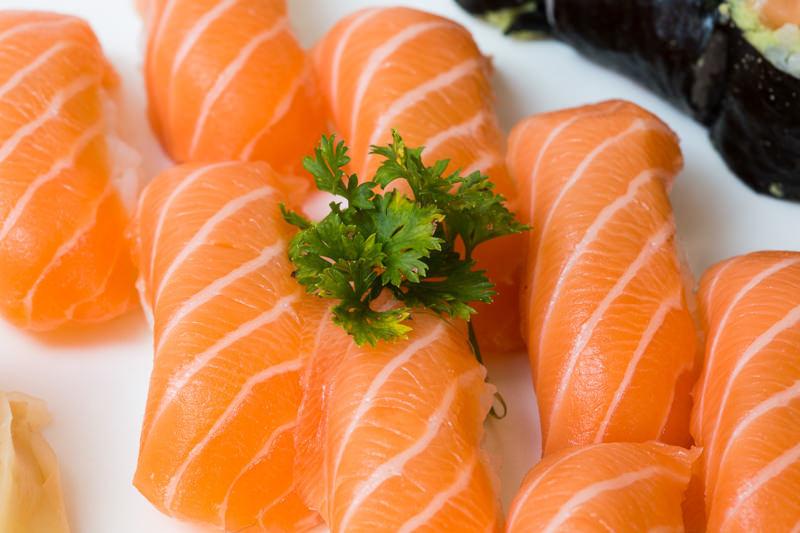 Tagliatelle com salmão e molho de agrião