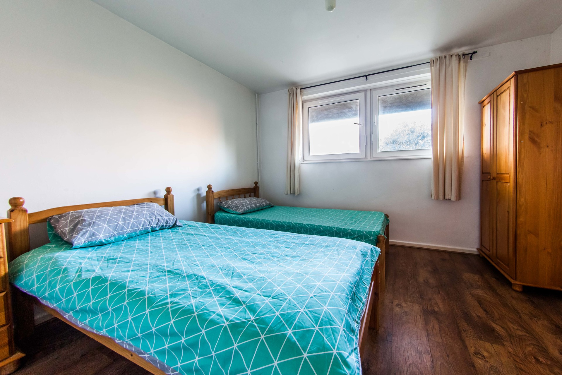 Twin room Barons Court - Available NOW!
