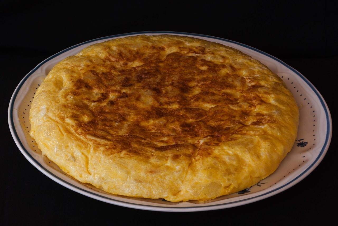TYPICAL SPANISH FOOD: TRADITIONAL POTATO OMELETTE (JUICY!)