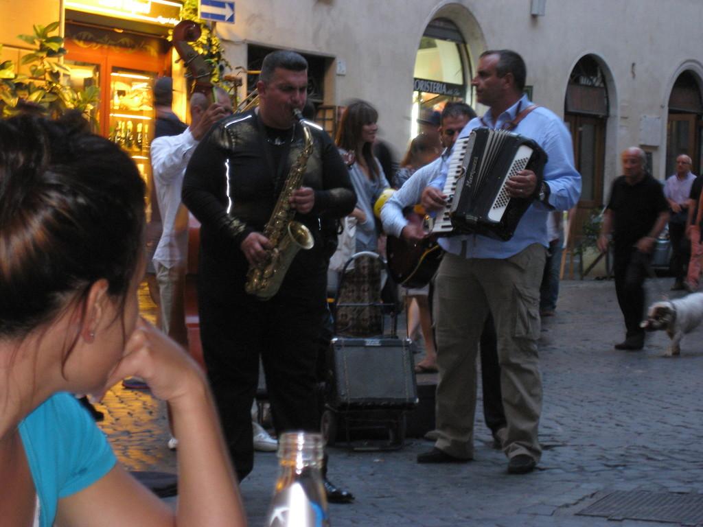 Un bar muy acogedor con un ambiente increíble en el centro de Roma