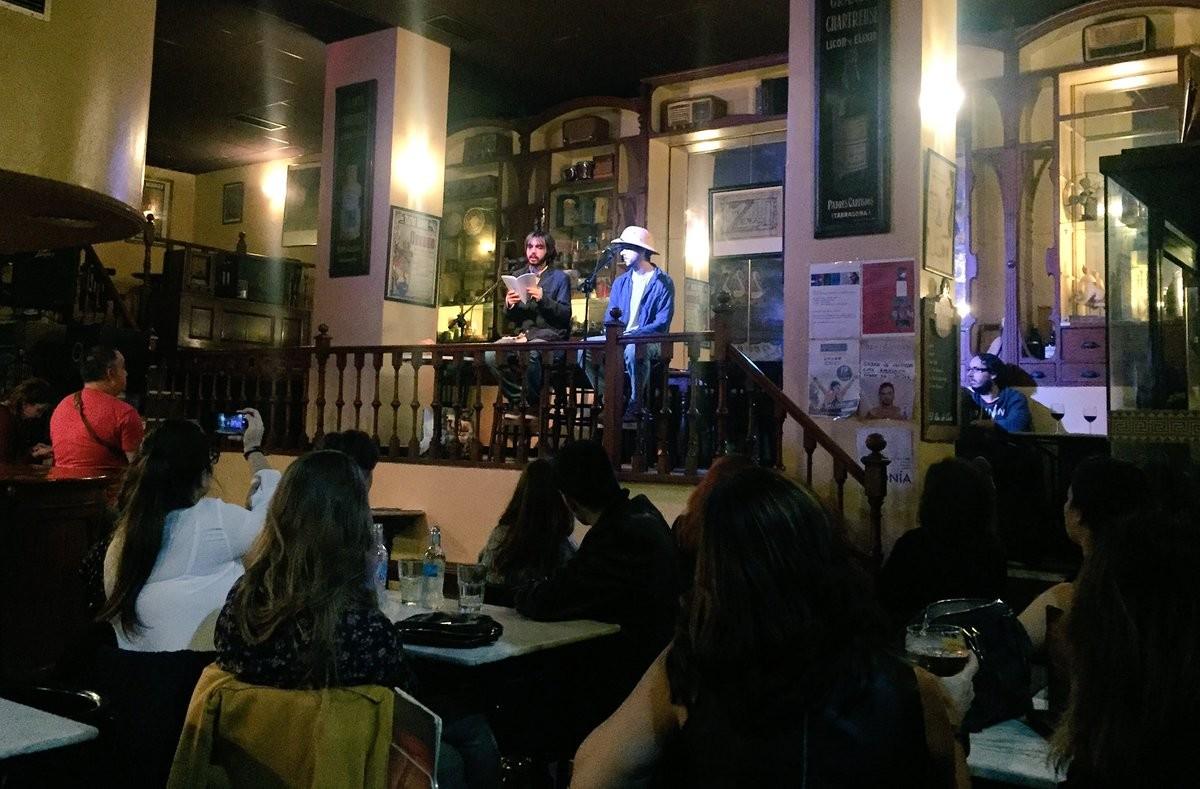 Un bar où se déroulent des manifestations culturelles