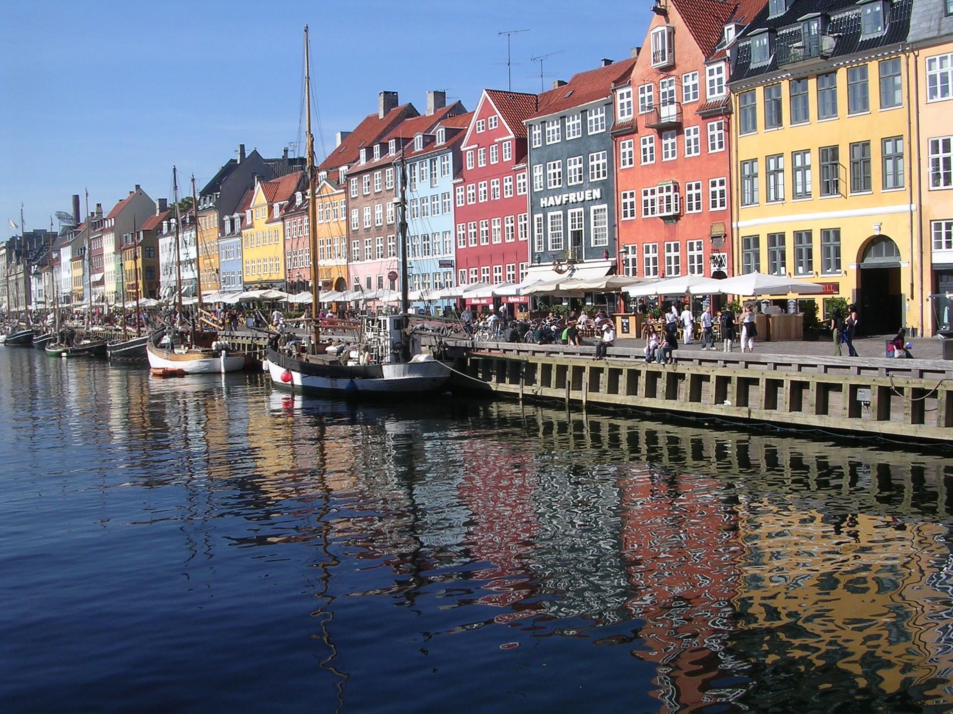 Un puerto colorido y soleado
