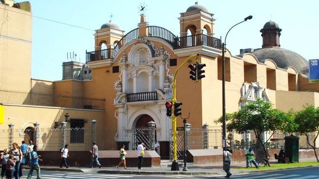 una-iglesia-pequena-lima-37cdf55e6ad660a