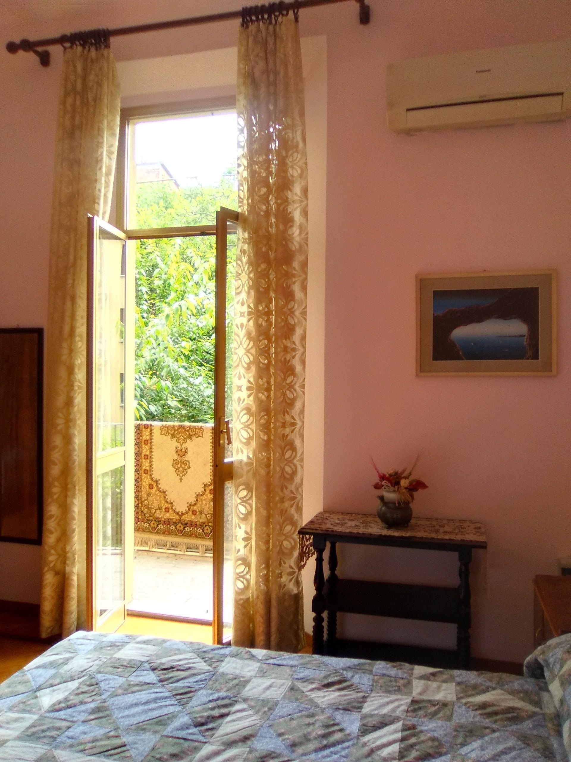 Vasta camera con letto matrimoniale e vista su giardini | Room for ...