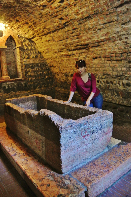 Visiting Juliet's grave