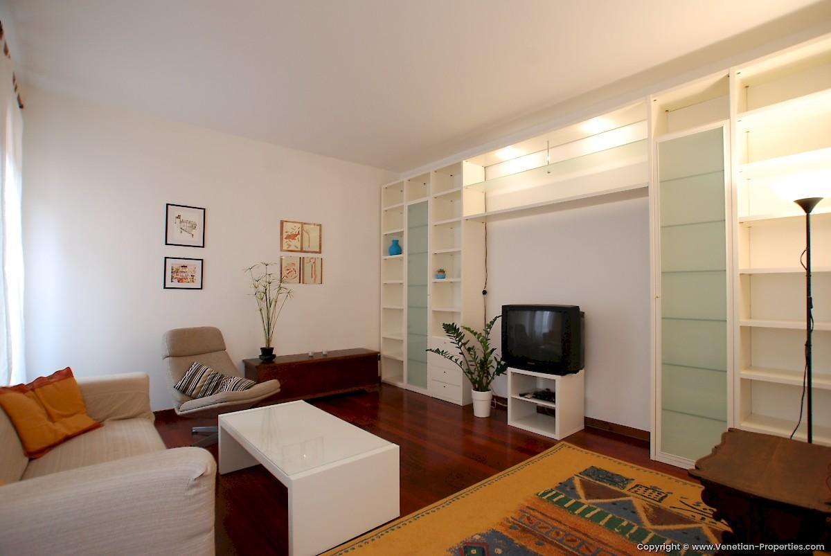 we-offer-double-room-venice-6210b31cc5c67a5711ac5892d5e3a007
