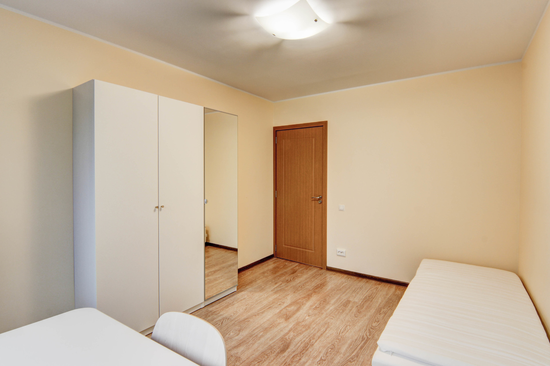 Welcoming room in 5-room apartment near the universities