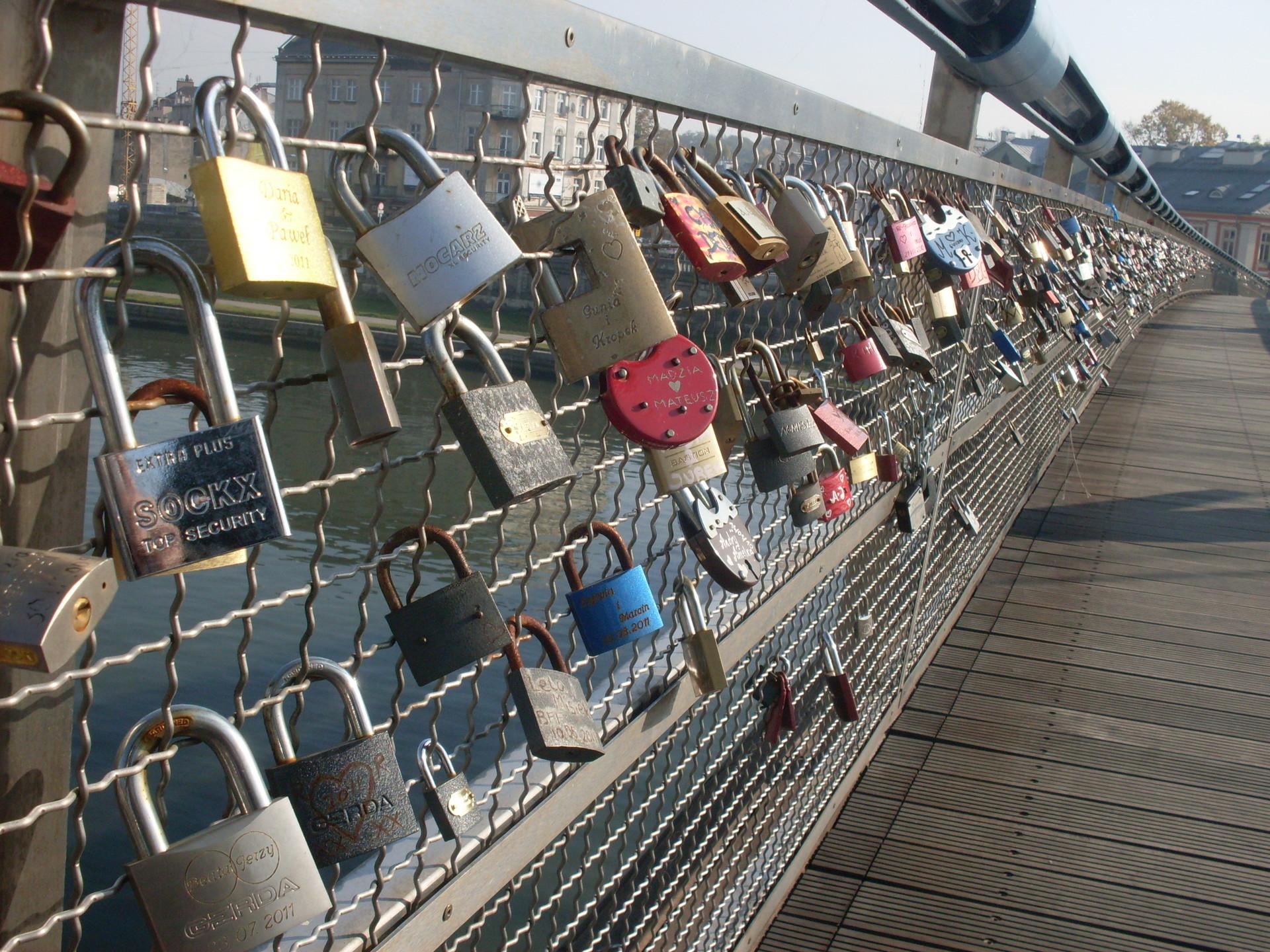 Załóż kłódkę na zakochanym moście