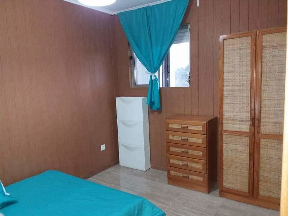 Room for rent in 3-bedroom apartment in Porto with internet