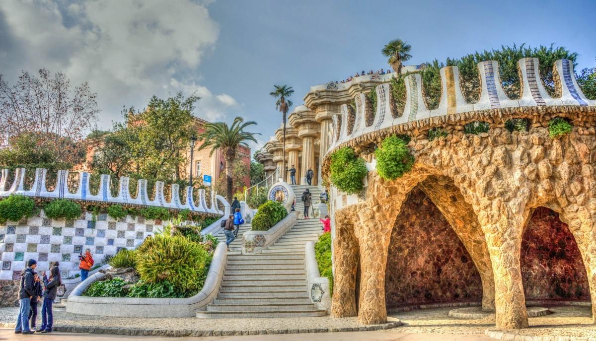 Zwiedzanie podczas weekendu: Park Güell, kasyno Casino Barcelona i klub Opium.